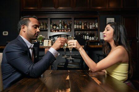Paar trinkt Schaumwein